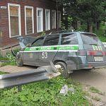 В Боровичах на «проклятом» перекрёстке снова ДТП. Машина судебных приставов снесла отбойные ограждения