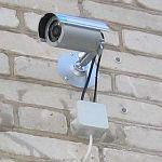 Житель Новгородской области украл камеру с фасада магазина в Севастополе