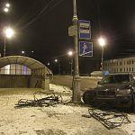 Иномарка снесла металлические ограждения возле подземного перехода в Великом Новгороде