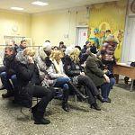 Более ста новгородцев вторые сутки стоят в очереди, чтобы записать своих детей в 13 школу