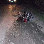 В Шимске неизвестный на машине сбил мопед с двумя мужчинами и уехал с места ДТП