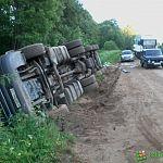 Из-за ям на дороге в Марёвском районе перевернулась фура