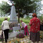 В канун Дня воинской славы партизан новгородская делегация побывала на могиле Лени Голикова