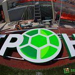 Фотофакт: на стадионе в парке 30-летия Октября монтируют вывеску «Электрон»