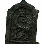 В Старой Руссе нашли средневековые накладки на ремень с изображением животного, похожего на жирафа