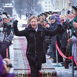 По красной новгородской дорожке, присыпанной снежком, сегодня прошли Дмитрий Харатьян, Илья Носков, Лариса Лужина и другие звезды кино
