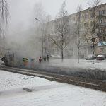 В непростых условиях сегодня приходится укладывать асфальт новгородским дорожникам