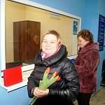 Новгородские гаишники вручили цветы посетительницам МРЭО