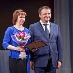 В преддверии праздника Андрей Никитин поздравлял новгородок в областной филармонии и вручал им тюльпаны