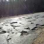 Состояние дороги Крестцы-Боровичи заставляет водителей ездить по обочине