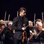 Новгородцы, потрясенные фантастической игрой Павла Милюкова на старинной скрипке, встали посреди концерта