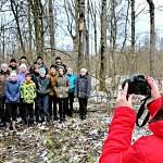 Специалисты Центра защиты леса вместе с учениками Захарьинской школы развесили скворечники
