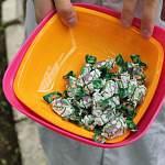 Новгородские активисты ОНФ провели акцию «Сигаретку – на конфетку» среди студентов