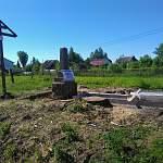 В деревне Медниково Старорусского района продолжается работа по реконструкции воинского захоронения