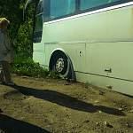 В Пестовском районе пассажирский автобус потерял подвеску на плохой дороге