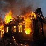 В Крестецком районе сгорел жилой дом и постройки
