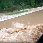 А дорогу от Крестец до Окуловки затопило водой, и там теперь настоящий водопад! (+видео)