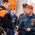 Замминистра МЧС вручил новгородскому отряду спасателей сертификат на сто тысяч рублей