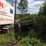 После лобового столкновения в районе Спасской Полисти грузовик и легковушка вылетели в кювет