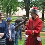 Сегодня в гости к программе НТ «Соседи» придут сотрудники Соколиного двора вместе с птицами