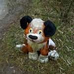 Фотофакт: в Малой Вишере игрушечный Хатико уныло сидит возле лужи