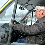 Водителям шести новгородских школьных автобусов выдали по нейрокепке