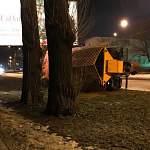 В Великом Новгороде упал на бок борец с гололедом