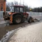 В Старой Руссе придумали оригинальный способ борьбы с гигантскими лужами на дорогах