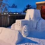 Супруги Рябовы из Боровичей два месяца сооружали трактор из снега