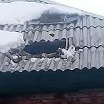У одного из домов в поселке Парфино рухнула часть крыши