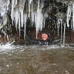 Жительница Боровичей искупалась в ледяном водопаде