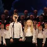 Песню «Аллилуйя любви» под дождем из золотых блесток феерично исполнили «АПМ» и детский хор