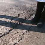 Новгородская мэрия проверяет, сколько денег уходит в трещины на дорогах