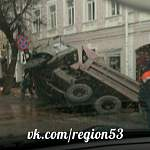 В Великом Новгороде КАМАЗ провалился под асфальт