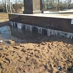 За месяц до Дня Победы в Старой Руссе не подступиться к стеле «Город воинской славы»