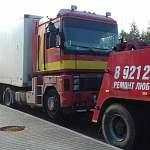 На М-11 в Новгородском районе под прицепом своего грузовика погиб мужчина