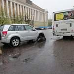 В центре Великого Новгорода столкнулись иномарка и автобус