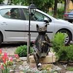 Новгородский художник-скульптор украсила свой двор котами-Рюриковичами