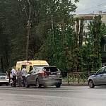 В Великом Новгороде двух пешеходов сбил стоящий на дороге автомобиль