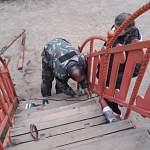 Фотофакт: опасные детские горки в новгородском парке ремонтируют