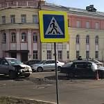 В Великом Новгороде на Большой Санкт-Петербургской у Дома молодежи столкнулись автомобили