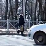 Пешеходный переход на улице Розважа ликвидировали, но новгородцев не останавливают преграды