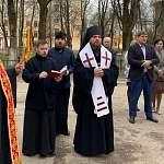 Владыка Арсений совершил Пасхальный молебен у стен новгородской больницы