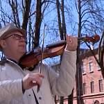 Новгородский музыкант у городской больницы сыграл на скрипке для врачей, которые борются с COVID-19