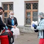 Новгородский ресторатор угостил борцов с коронавирусом настоящим узбекским пловом