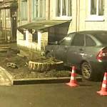 В новгородской деревне неизвестный попытался припарковаться в подвале