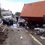 В Новгородской области большегруз врезался в машину дорожных рабочих. Образовалась пробка
