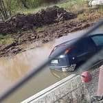 На въезде в Великий Новгород легковушка оказалась в воде после встречи с автобусом
