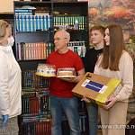 В Международный день семей Елена Писарева подарила юным новгородцам Пядовым ноутбук