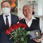 Знаменитый новгородский учитель Анатолий Малякин принимает поздравления с юбилеем